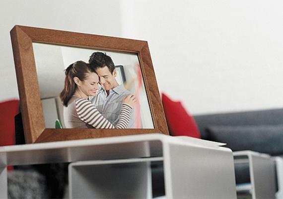 Ha képkeretet adsz egy közös képpel, az kétesélyes. Lehet, hogy a pasid örülni fog, de az is lehet, hogy kényszerítve érzi majd magát, hogy kitegye az irodában az asztalára, noha ő nem olyan típus. Ha képet szeretnél neki adni, legyen az egy képes bögre inkább, amit otthon használhat.