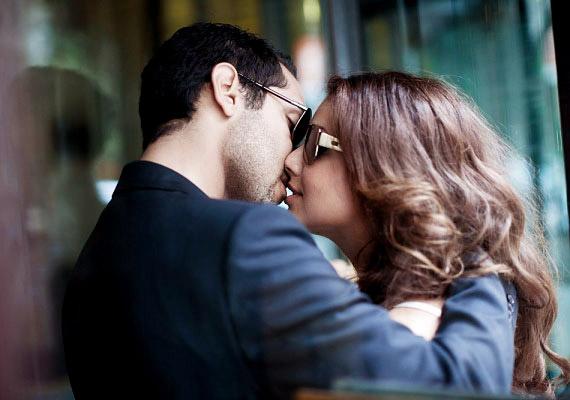 Találkozáskor csókkal üdvözlitek egymást? Nem mindegy azonban, hogyan teszitek ezt. Ha lágyan értek egymáshoz, az intimitásra utal, ám ha az ajkak megfeszülnek, az a kettőtök közötti távolságot jelezheti.
