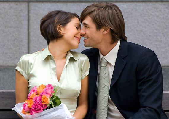 Ha már együtt vagytok egy ideje, és a férfi nem feledkezik el az olyan kedves gesztusokról, mint hogy egy csokor virágot vagy bonbont vigyen neked, vélhetően szerelmes.