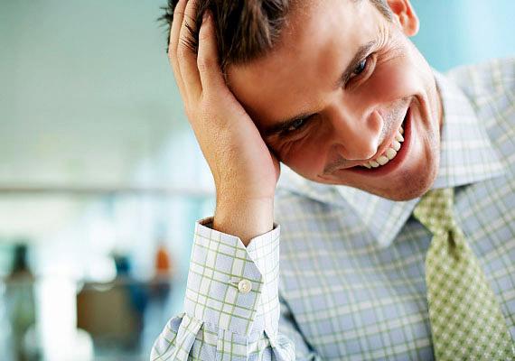 A zavart, kissé kisfiús nevetés az egyik első jele lehet annak, hogy a férfi komolyan vonzódik hozzád, és számít, hogy mit gondolsz róla.