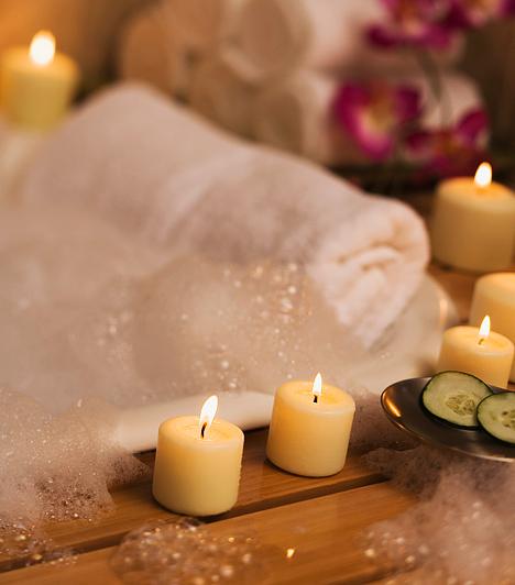 A fürdőkádban                         Romantikus és egészen meghitt lehet, sőt még előjátéknak is ragyogóan megfelel, ha a kádban ellazultan kezdtek bele egymás kényeztetésének. Néhány gyertya a kellemes hangulatvilágítás érdekében, illetve pár csepp vágykeltő aroma a fürdővízben igazán felfokozza az élményt.                         Egy teljeskörű otthoni wellnesshez pedig folytasd az érzéki kényeztetést egy erotikus masszázzsal.
