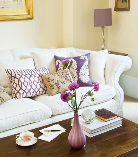 A kanapén  Egészen új pozíciókat próbálhattok ki, ha a keskeny szófán lesztek egymáséi. Ráadásul sokkal intenzívebb lehet az aktus, ugyanis a kis hely megköveteli, hogy a lehető legközelebb bújjatok egymáshoz.