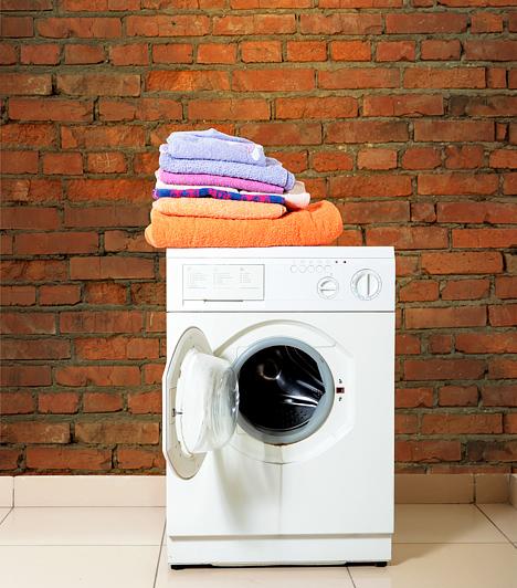 A mosógép tetején                         Szokatlannak tűnhet, hogy pont a mosógépen vesztek el egymásban, ám pont emiatt lehet egészen maradandó élmény. Úgy is használhatjátok, hogy a gép nem működik, de ha éppen egy adag ruha zötykölődik benne, az még a ti élményeiteket is csak fokozza.                         Kapcsolódó cikk:                         Szeretnéd tudni, milyenek a magyar férfiak, ha szexről van szó? Akkor kattints!