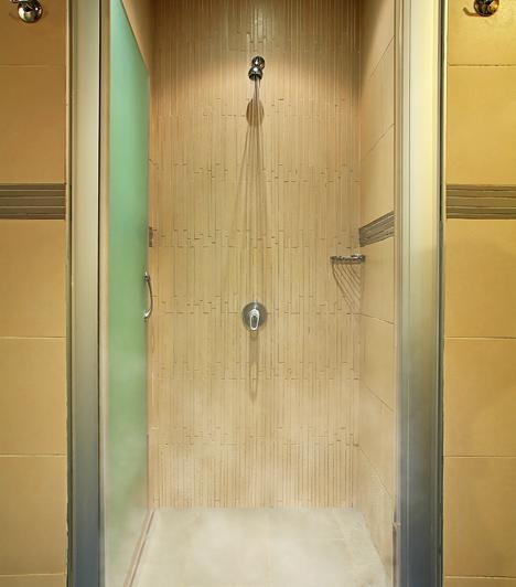 A zuhany alatt  A vizes test látványától nem csak a férfiak vadulnak be, valószínűleg a te fantáziád is beindul ha látod, ahogy egy kóbor vízcsepp egyre lejebb ereszkedik a férfi testén. Próbáljátok ki magatokat a zuhany alatt, hiszen az egymáshoz érő meztelen és csúszós test élménye felkorbácsolja a szenvedélyt.