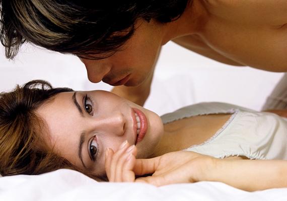 A hosszan elnyújtott, gyönyörteli előjáték gyakorta visszatér a könyvben. Ha nem egy szimpla légyottra vágysz, hanem erotikától túlfűtött pillanatokra, akkor már az aktus előtt is tedd oda magad 100%-osan, és juttasd el az orgazmusig a partneredet!