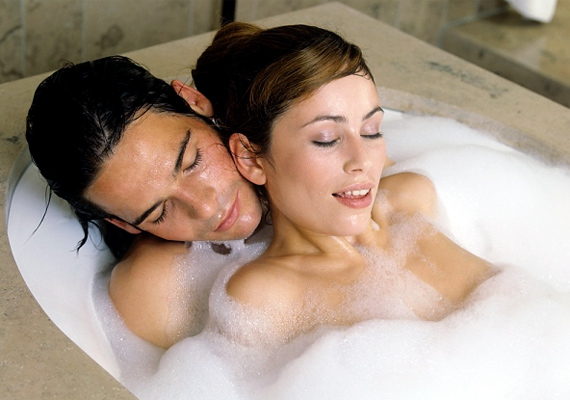 A könyvsorozat szereplői gyakran szeretkeznek fürdőkádban, a zuhany alatt, vagy akár a hotelszoba fürdőszobájában a padlóba vájt medencében. A nem mindennapi helyszín új izgalmakat jelenthet.
