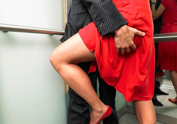 Ana és Christian sokszor szeretkeznek olyan helyen, ahol bármikor lebukhatnak, például Christian gyerekkori szobájában vagy a szálloda liftjében. Ha elég merész vagy, próbálj ki új helyszíneket a pároddal. A rajtakapás veszélye izgalmasabbá és vadabbá teheti az egész aktust.