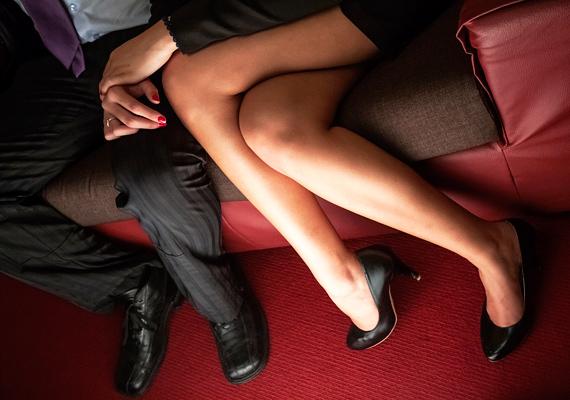 Nyújtsd egész estésre az előjátékot. Ha például elmentek valahová, időnként érj hozzá a párod combjához, mintegy véletlenül, vagy simíts végig a lábán. Mire hazaértek, mindketten annyira erotikus hangulatban lesztek, hogy valószínűleg még az ágyig sem értek el.