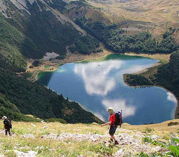 A Trnovačko-tó Észak-Montenegró hegyei közt, 1517 méteres tengerszint feletti magasságban található.