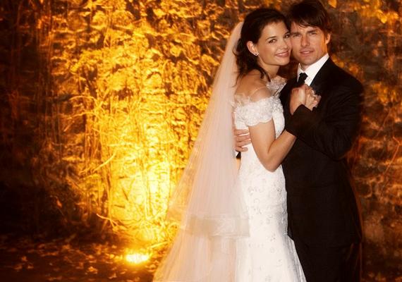 Nagy port kavart, amikor Katie Holmes és Tom Cruise bejelentették, együtt járnak. A felhajtás a későbbiekben is jellemző volt a sztárpárra, 2006-os esküvőjük 2 millió dollárba került, amire több száz hírességet hívtak meg. Hiába a mesebeli romantikus kastély, a boldogító igen csak 2012-ig tartott.