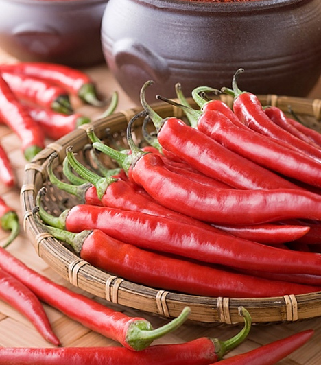 ChiliA tűzvörös zöldség színe már önmagában a szenvedélyre utal, de megtalálható benne az úgynevezett kapszaicin, amely felgyorsítja a véráramlást és az idegvégződéseket is érzékenyebbé teszi.