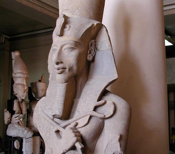 A kutatók szerint Tutankhamon is testvérházasságból született, apja Ehnaton, anyja nevét nem ismerjük.
