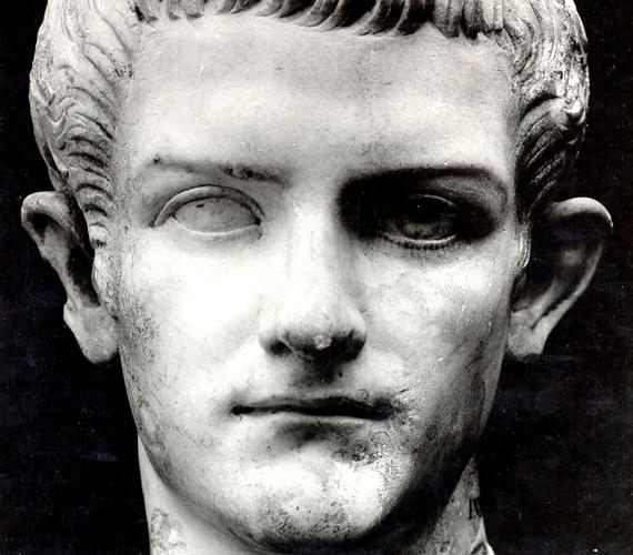 A római császár, Caligula nem élt házasságban, de állítólag nem csak testvéri szeretet fűzte nővéréhez