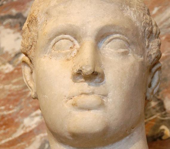 Kleopátra XII. Ptolemaiosz Auletes király harmadik leányaként látta meg a napvilágot, édesanyja valószínűleg édesapja nővére volt.