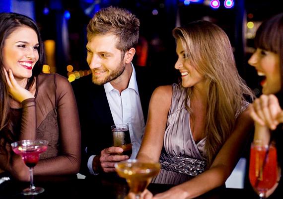 A barátnőd, akire nem is gondolnálLehet a barátnőid közt egy vagy akár több is, aki irigyléssel nézi a pasidat, és szó szerint szívesen lenne a helyedben. Az ilyen nőket egy-egy gesztus vagy mondat elárulja, így a radarjaid valószínűleg őket szúrják ki először a veszélyforrások közül.