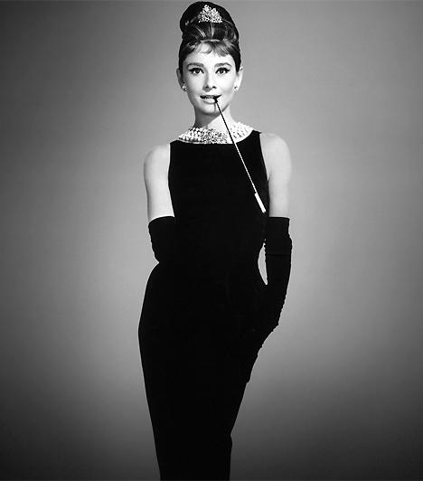 Kis fekete ruhaMinden nő tudja, hogy a kis fekete ruha a csábítás kelléktárának alapdarabja. Az örökérvényű modellt Coco Chanel, a fiús szabásvonalairól híres, korszakalkotó divattervező álmodta meg, de a nőiesség szimbólumává Audrey Hepburn tette 1961-ben, az Álom luxuskivitelben című filmmel.Kapcsolódó cikk:A 4 legszexibb, pasivadító női ruhadarab »