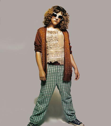 Frances Bean Cobain és a papa kardigánjaAz első videoklipek jelentették a következő fordulópontot a divatban. A recsegős hangú drogos zenészek révén immár olyan ruhadarabok váltak kultikussá, amelyek inkább egy életszemlélet megtestesítői voltak. Frances Bean Cobain 2006-ban Kurt Cobain híres kardigánjában állt modellt az Elle-nek, immár hivatalosan is a divattörténelem részévé téve apja kultikus göncét.