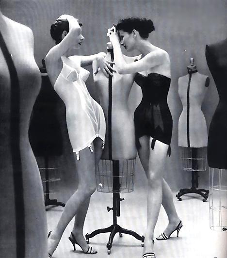 Spencer fűzőAz 1920-as évek divatja azt diktálta, hogy egy nő teste sehol se domborodjon. A szigorú, egész alakos fűzők jótékonyan szabályozták a kényesebb részeket is, így biztosítva az eszményi nőalakot.
