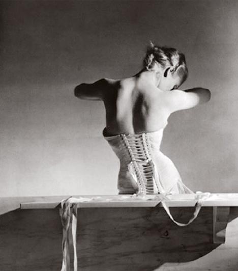 Mainbocher fűzőHorst P. világhírű fotós neve elválaszthatatlan a Vouge női magazintól. Ezt a képet a nőiesség, és a szépségért vállalt gyötrelem szimbólumáról a II. világháború előestéjén készítette, majd sokáig nem fényképezett többet.Kapcsolódó cikk:4 kegyetlen, életveszélyes szépségápolási praktika »