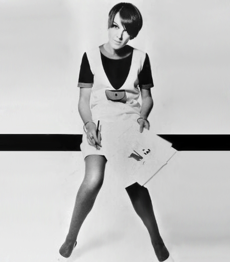 MiniszoknyaMary Quant, a '60-as évek merész stílusú divattervezője tette világszerte híressé a miniszoknyát. Az apró ruhadarab eddig sosem látott merészséggel engedi látni a női domborulatokat, és egészen a mai napig az egyik legkedveltebb női ruhadarab.Kapcsolódó cikk:A miniszoknya-viselés 3 súlyos következménye »