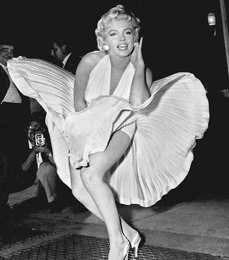 Marilyn Monroe ruhájaAz erotikus divat története elválaszthatatlan a fotózástól, hiszen a legemlékezetesebb pillanatok enélkül nem is léteznének. Különösen igaz ez Marilyn Monroe nevezetes villantására, ami nemcsak neki, de hófehér ruhájának is nagy népszerűséget szerzett.Kapcsolódó hír:A gyönyörű Marilyn Monroe utolsó fotói »