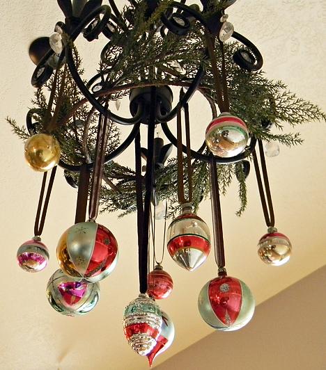 Csillárdekoráció                         A csillárról se feledkezz meg, ha a lakást karácsonyi díszbe öltözteted. Néhány fenyőgally és pár műanyag gömb - az üveg súlyát nem bírná el a lámpa - felerősítésével feldobhatod a nappali egyszerűségét.