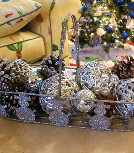 Ünnepi kosár  Egy giccsesnek tűnő kosárból is meseszép asztali dekorációt alkothatsz. Egyszerűen csak tegyél bele néhány ezüst spray-vel lefújt fenyőtobozt, illetve néhány olyan ezüst díszt, melyet egészen biztosan nem akasztasz fel a karácsonyfára.