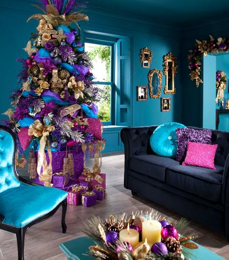 Merész színválasztás  Rugaszkodj el a szokásos piros-zöld-arany kombinációtól, és használj egészen új színeket az adventi koszorú összeállításához és a karácsonyfa feldíszítéséhez. Ahogyan a képen is láthatod, a lila-kék-rózsaszín-arany színpárosítás remekül passzol egymáshoz.