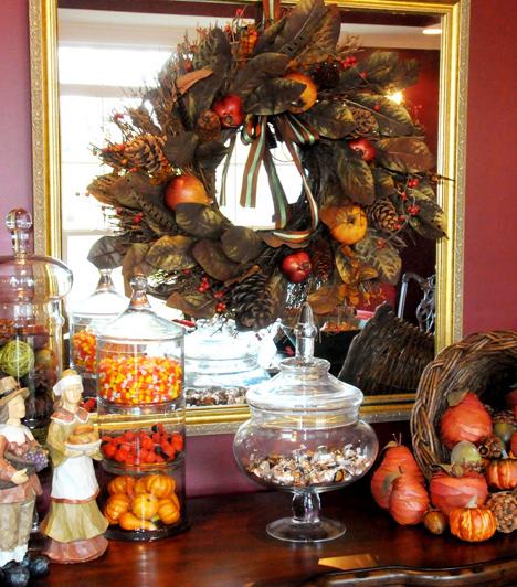 Természetes báj  Rugaszkodj el a hagyományos műanyag és üveg alapanyagoktól, és használd el a természetet otthonod csinosításához. Különböző ágakból, levelekből, tobozokból és almából meseszép koszorút készíthetsz. Mindezt még teljesebbé teheted, ha néhány üvegedényt is megtöltesz a természet kincseivel.