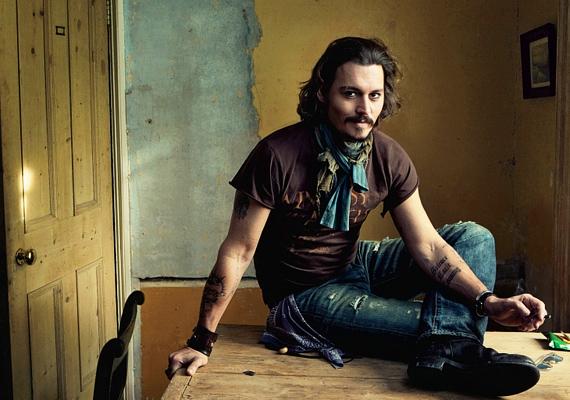 A mindig sármos Johnny Deppet valószínűleg a legtöbb nő szívesen látná otthonában, akár szakadt farmerben és pólóban is.
