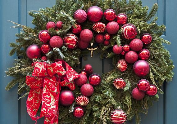A nem használt karácsonyfadíszeket hasznosítsd újra az ajtó dekorálása során.