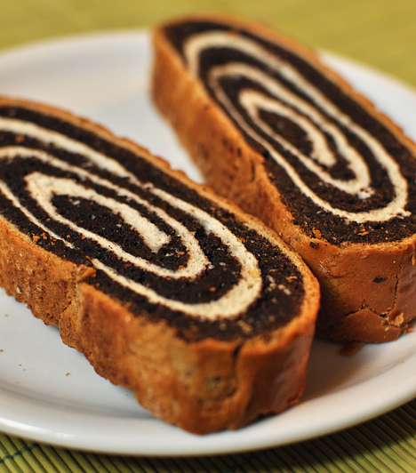 Bejgli  Nincs karácsony bejgli nélkül. A tipikus magyar desszert nem hiányozhat a te ünnepi asztalodról sem, függetlenül attól, hogy dióval, mákkal - amelyek a szájhagyomány szerint gazdagságot és szerencsét hoznak - vagy esetleg csokoládéval töltöd meg a kelt tésztát.  Kapcsolódó cikkek: Hagyományos bejglireceptek a Vajdaságból » Omlós karácsonyi bejgli, a legnagyobb ünnepi kedvenc »
