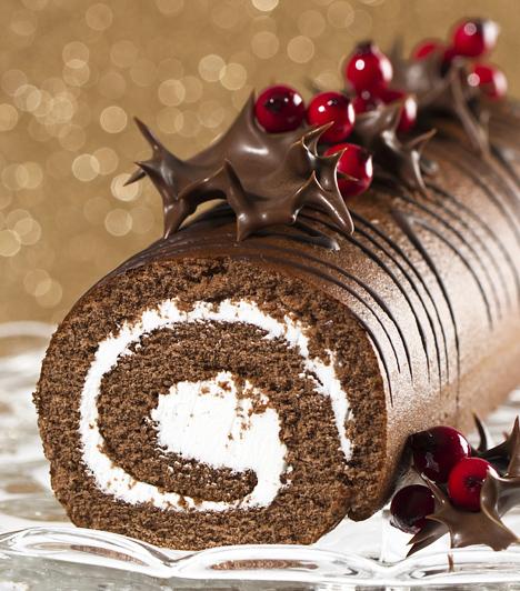 Fatörzs  A piskótatekercsre hajazó krémmel töltött sütemény nagy kedvenc az ünnep táján. A csokival bevont, tejszínes krémmel töltött piskótatészta egyszerűen mennyei, amelyet gyümölcsökkel, vagy más finomságokkal még különlegesebbé tehetsz.  Kapcsolódó cikk: Csupa csokis fatörzs torta »