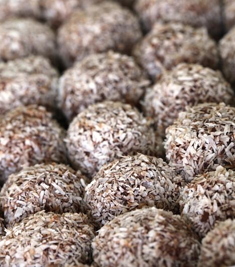 Kókuszgolyó  A kókuszgolyó az egyik legjobb vendégváró sütemény, hiszen pénztárcabarát és rendkívül gyorsan elkészül. Egyszerűségét könnyedén feldobhatod, ha a közepébe mogyorót, mandulát vagy éppen egy kisebb csokidarabot csempészel.  Kapcsolódó cikk: Édes kókuszgolyó lusta délutánokra »
