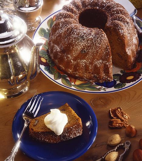 Kuglóf                         A kuglóf az egyik legegyszerűbb, ugyanakkor legmutatósabb sütemény. Csak öntsd a tésztát a kuglófformába, süsd meg és szórd meg porcukorral. Ha ennél különlegesebbet szeretnél, vedd a nyers tésztát kétfelé, az egyikbe keverj kakaót, majd felváltva rétegezd őket, így csodaszép márványmitát kapsz végeredményül.