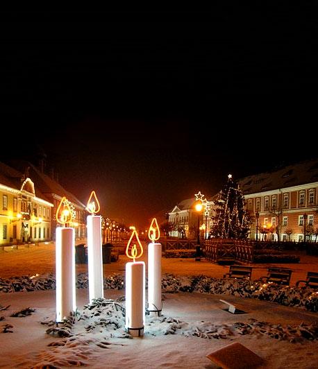 Karácsonyi vásár Vác főterén2011. november 25. és 2012. január 2 .között ünnepi műsorokkal, forralt borral, betlehemes játékokkkal ünnepi hangulatban várnak Vác főterén.
