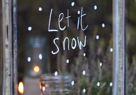 Az ablakfestéssel szintén nagyon hangulatos végeredményt érhetsz el. Ez egy rendkívül egyszerű ötlet, mégis hatásos. Csak néhány fehér pötty, és már esik is a várva várt hó.