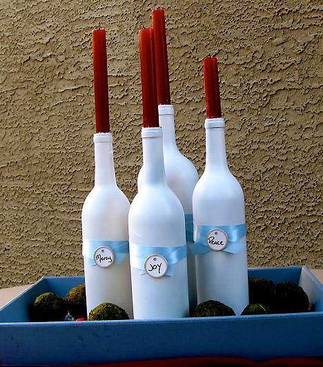 Variációk üvegre:ha meguntad a szokványos koszorúkat, négy üres borosüvegből jópofa adventi díszt készíthetsz. Fesd le az üvegeket egyszínűre, majd állíts bele vékony gyertyákat.