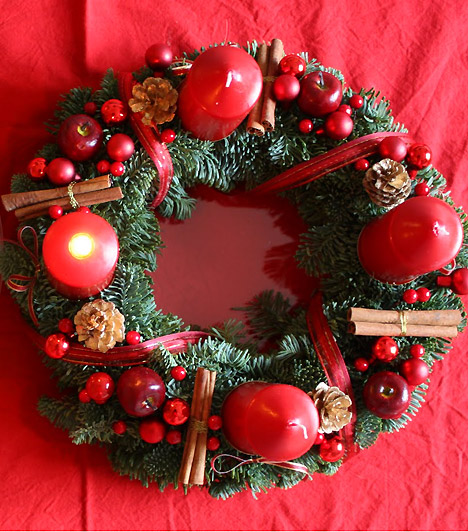 Klasszikus piros: hagyományos koszorút legeszerűbben piros gyertyákkal, bogyókból, fenyőággal, egyszerű köralapra készíthetsz, mely hangulatos dísze lehet az ünnepi asztalnak.