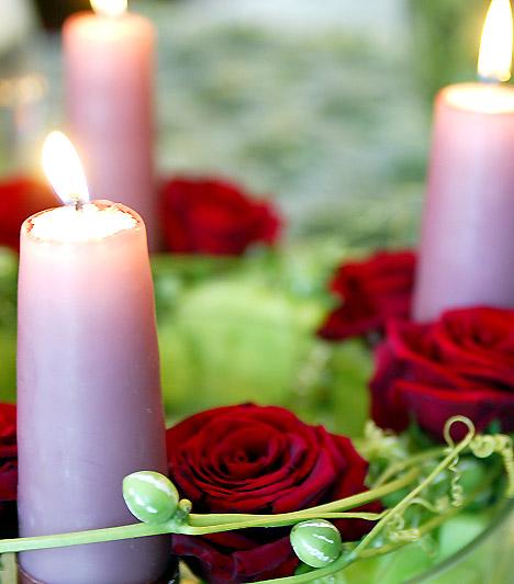 Romantikus: a vörös rózsa nem csupán a vázában, a koszorúdíszeként is remekül mutat. Azonban ha azt szeretnéd, hogy négy hétig kitartson, érdemes szárított virággal dekorálnod.