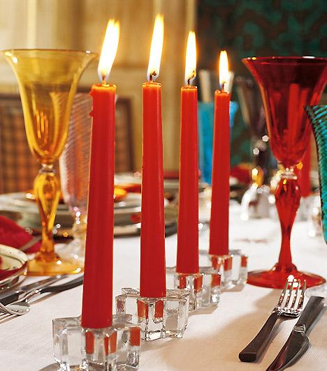 Csillagtalpon: az adventet jelképező négy szál gyertyát akár a karácsonyi asztal dekorálására is használhatod. A piros szálgyertyák a csillag alakú üvegtalpakban ünnepi hangulatot varázsolnak.