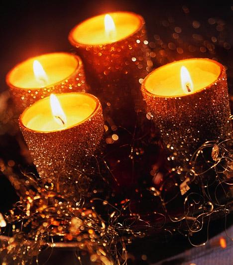 Arany csillogás: Csillámos gyertyáidat egy nagyobb tálva helyezve csodás asztali díszt kaphatsz, mely adventi koszorúként is megállja a helyét.