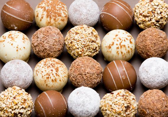 Ha nem akarsz csokis adventi naptárt venni, akkor tegyél bonbonpapírokat egy ládikóba, és helyezz mindegyikbe egy-egy csokit. Minden napra egy csoki jut, így a gyerkőc is látja, hányat kell még aludni a Jézuska érkezéséig.