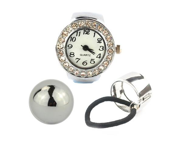 Hófehér strasszkövekkel díszített óragyűrű, szupertrendi ezüstszín copftakaróval és ezüstszín félgömb gyűrűvel, ha a visszafogott eleganciát kedveled. A háromdarabos szett ára 2990 forint, itt rendelheted meg.
