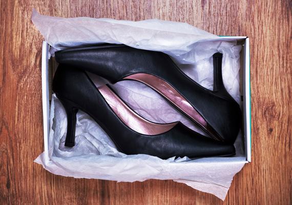 A kisméretű ajándékokat az éppen nem hordott cipők közé is bedughatod.