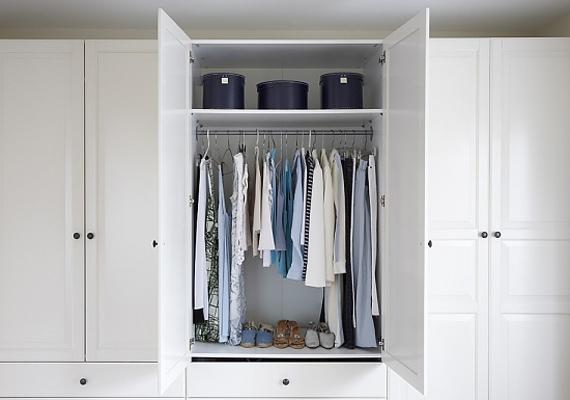 A ruhásszekrény mindig remek lehetőséget kínál, ha rejtegetésről van szó. A nagyobb ajándékokat a ruhák alatt és mögött könnyen eltüntetheted, de a kisebbek akár a nem szezonális darabok zsebeibe is beleférnek.