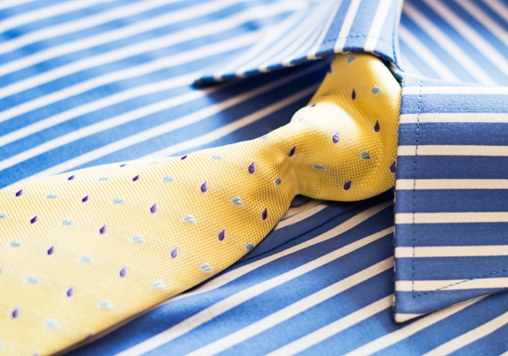 Ne vegyél a férfikollégának nyakkendőt, akkor se, ha olyan helyen dolgoztok, ahol a protokoll megköveteli! Ezt valószínűleg a párjától sem fogadja szívesen, tőled pedig egész biztosan, hiszen örül, ha nem kell viselnie.