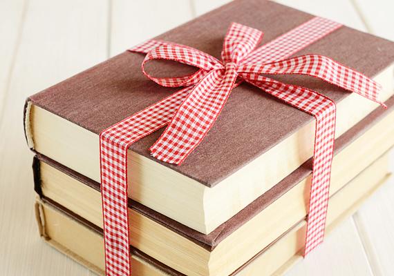 A könyv alapvetően jó ajándék, de csakis abban az esetben, ha ismered az ajándékozott ízlését. Például, ha nem szokott főzni, ne vegyél neki szakácskönyvet, mert nem fog örülni neki. És az sem biztos, hogy a romantikus irodalom a kedvence.