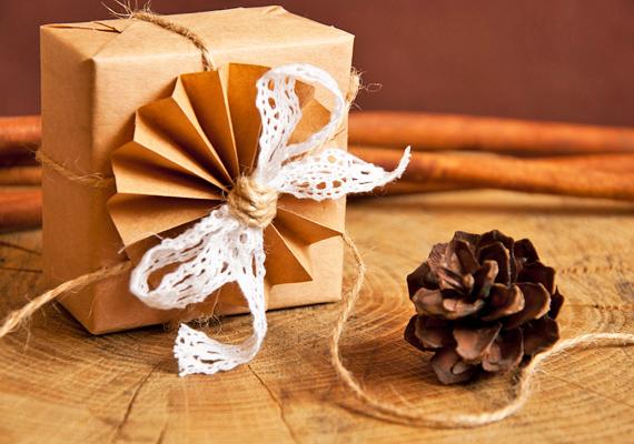 Barna csomagolópapír mindig akad otthon, ezzel vonj be egy dobozt. Ugyanebből a papírból hajtogass legyezőt, akárcsak gyerekként, és rögzítsd a doboz tetejére. Egy darabka anyagból köss rá masnit, vagy akár tobozt is. El is készült a rusztikus ajándékdoboz.