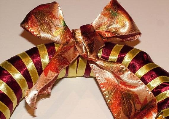 Ha megkötötted a bájos csokornyakkendőt, szintén tűzd meg alaposan, ugyanis ennél fogva tudod majd felakasztani az ajtóra.